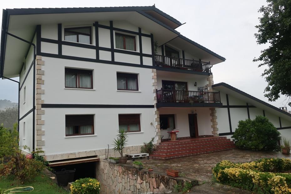 Casa con 4 viviendas independientes